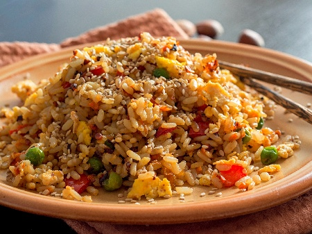 Ориз със зеленчуци по китайски с яйце и соев сос - снимка на рецептата